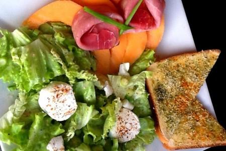 Salade au chèvre frais et son melon-jambon