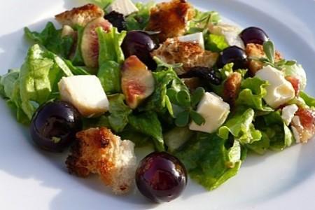 Salade de vendanges aux deux raisins, figues et chèvre frais